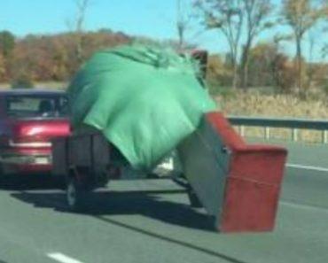 Distraído Condutor Não Se Apercebe Que Quase Perde a Mobília Em Plena Autoestrada 4
