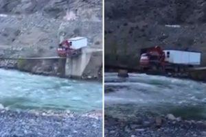 Camionista Com Nervos De Aço Faz Arriscada Travessia 9