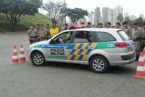 Polícia Mostra Como Tirar o Carro De Um Lugar Extremamente Apertado 9