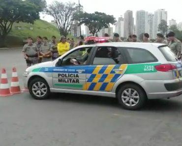 Polícia Mostra Como Tirar o Carro De Um Lugar Extremamente Apertado 8
