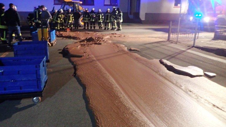 Avaria Em Fábrica De Chocolate Causa Inundação Numa Rua Da Alemanha 1