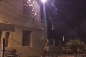 Irmãos Divertem-se Em Duelo Com Fogo-de-artifício 7