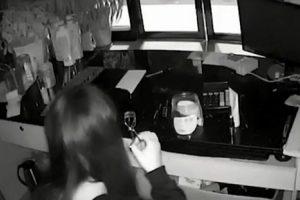 Mulher Faz Pausa a Meio De Assalto a Loja Para Se Maquilhar 10