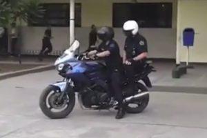O Desastroso Exercício Em Que Dois Polícias Tentam Trocar De Lugar Em Cima De Moto Em Andamento 10