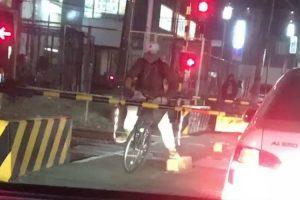 Ciclista Espera Pela Passagem Do Comboio No Lado Errado Da Cancela 10