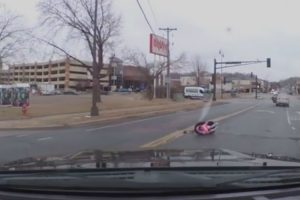 Menina De Dois Anos Cai De Carro Em Movimento e Mãe Segue Viagem 8
