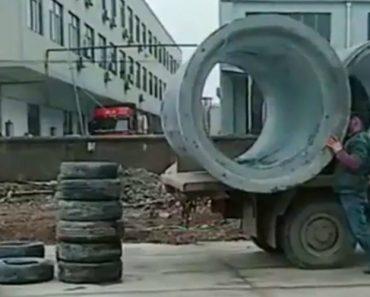 Trabalhador Solitário Encontra Solução Eficaz Para Descarregar Enormes Canos De Cimento 4