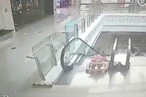 Mãe Distrai-se e Bebé Em Andarilho Cai Em Escada Rolante Num Shopping 9