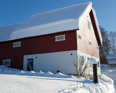 2 Homens Removem Espessa Camada De Neve Do Telhado De Uma Casa Usando Apenas Uma Corda 7