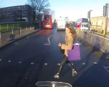 Pedestre Com Pressa De Apanhar Autocarro Atravessa Estrada Na Hora Errada 6