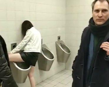 Mulher Ignora Presença De Homens e Usa Urinol De WC Público 4