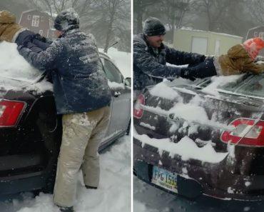 """Pai Utiliza o Filho Como """"Espanador"""" Para Tirar a Neve Do Carro 1"""