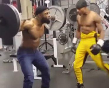 Homem Transforma-se Em Verdadeiro Saco De Boxe Enquanto Faz Exercícios De Musculação e Agachamentos 4