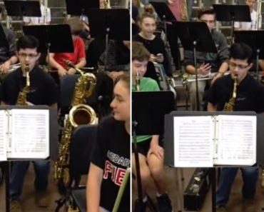 É De Ficar Sem Fôlego Só De Ouvir o Solo De Saxofone Deste Adolescente 1