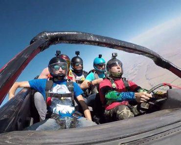 Grupo De Paraquedistas Fazem Salto Dentro De Carro 6