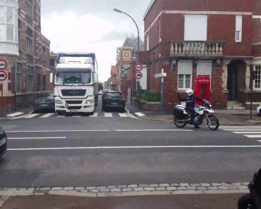 Manobra Com Camião Em Rua Estreita Deixa Lateral De Carro Desfeita 6