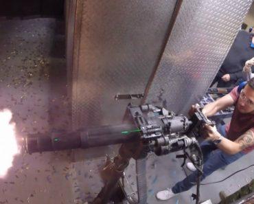 Turista Paga 1000 Dólares Para Disparar Com Armas Que Só Vemos Em Videojogos 5