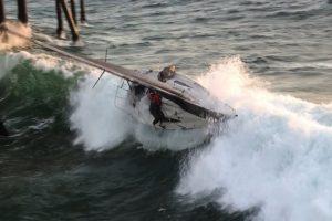Ocupantes De Barco Caem Ao Mar Depois De Serem Atingidos Por Forte Onda 9