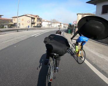 A Louca Corrida Entre Um Padre e Um Grupo De Ciclistas 5