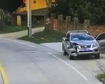 Dois Pneus Soltam-se De Camião Em Andamento e Destroem Carro Estacionado 6
