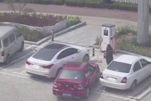 Duas Mulheres Sem Habilidade Para Estacionar Tentam Levantar Carro Para o Colocar No Lugar 8