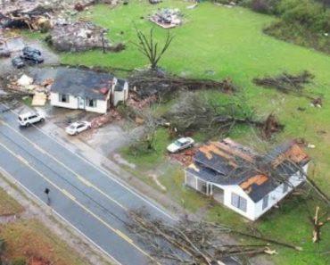 A Destruição Provocada Por Um Tornado Numa Comunidade Do Alabama 1