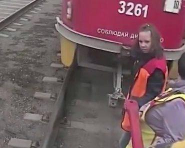 3 Trabalhadoras Enfrentam a Dura Tarefa De Unir Duas Carruagens De Elétrico 4