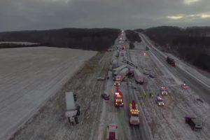 Drone Capta Imagens De Acidente Com 100 Veículos Em Autoestrada Nos EUA 10