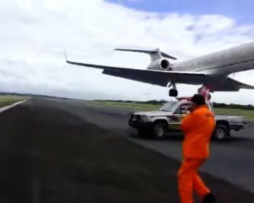 O Momento Assustador Em Que Avião Quase Aterra Em Cima De Trabalhadores Na Pista De Aeroporto 4