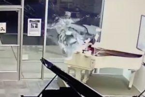 Ladrão Parte Montra De Loja De Instrumentos Musicais Para Roubar... Boneco Do Rato Mickey 9