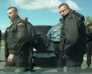 Polícia De Choque Da Rússia Lida Mal a Ultrapassagem De Condutor e Resolve Situação à Maneira Russa 7