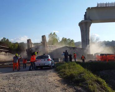 Aterrorizador Momento Em Que Grua Colapsa Durante a Construção De Uma Ponte 5