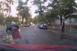 Mulher Sofre Bizarra Queda Ao Assustar-se Com o Som De Uma Buzina 4