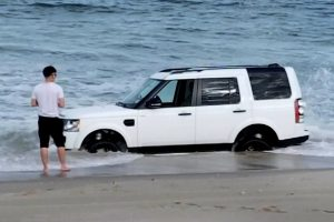 Homem Tenta Desenterrar Land Rover Da Areia Depois De Ter a Infeliz Ideia De o Levar Para a Praia 9