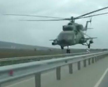 Helicóptero Passa Junto Aos Carros Ao Voar Perigosamente a Baixa Altitude Sobre Estrada 1