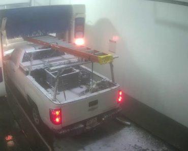 Condutor De Picku Up Comete o Erro De Levar Escada Para Lavagem Automática 1