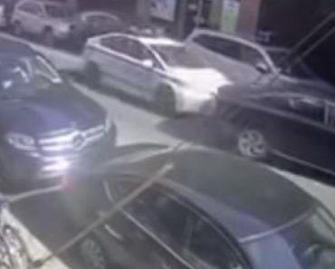 Polícia Perde a Paciência e Embate Com Carro De Patrulha Noutro Carro Que Estava a Bloquear o Trânsito 8