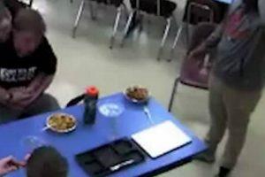 Estudante Salva Amigo Que Se Engasgou Com Comida, Fazendo a Manobra De Heimlich 10