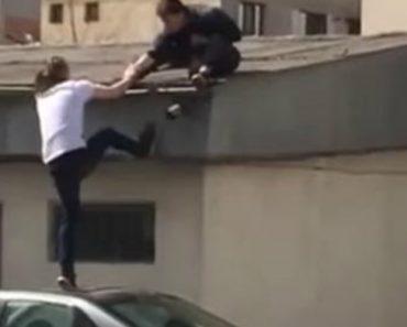 Amigos Escolhem Solução Errada Para Subir Ao Telhado De Edifício 4