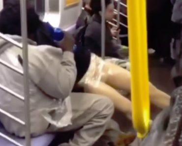 Homem Consegue Afastar Todos Os Passageiros Por Causa Do Seu Comportamento Com Um Manequim 5