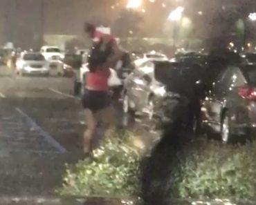 Para Não Molhar a Cabeça, Mulher Usa Bebé Como Chapéu-de-Chuva 2