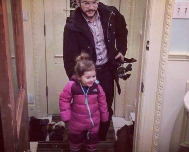 Pai Tem Ideia Genial Para Descalçar As Botas Da Filha De Uma Só Vez Sem Usar As Mãos 2