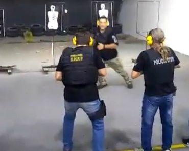 Instrutor Da Polícia Caminha Em Frente Dos Atiradores Enquanto Disparam 7