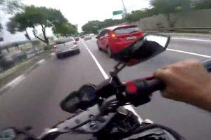 Motociclista Alucinado Desafia a Sorte Ao Andar a Grande Velocidade Por Entre Os Carros 10