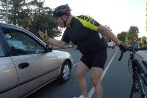 """Ciclista Distrai-se Ao Pedir """"Atenção"""" a Condutor e Acaba Por Bater 10"""