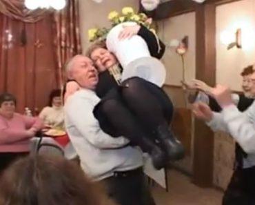 Marido Entusiasma-se a Dançar Em Festa De Aniversário e Parte a Loiça Toda Depois De Pegar a Mulher Ao Colo 7