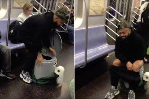 Passageiro De Metro Afasta Todos Os Outros Passageiros Ao Usar o Seu Próprio WC Portátil 9
