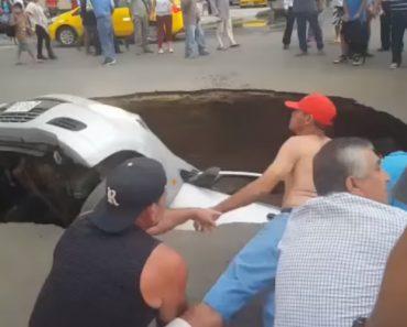Ocupantes De Carro Resgatados Por População Depois Serem Engolidos Por Enorme Buraco 2
