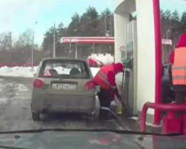 Funcionários De Posto De Combustível Aproveitam Ausência De Condutor Para o Enganarem 1