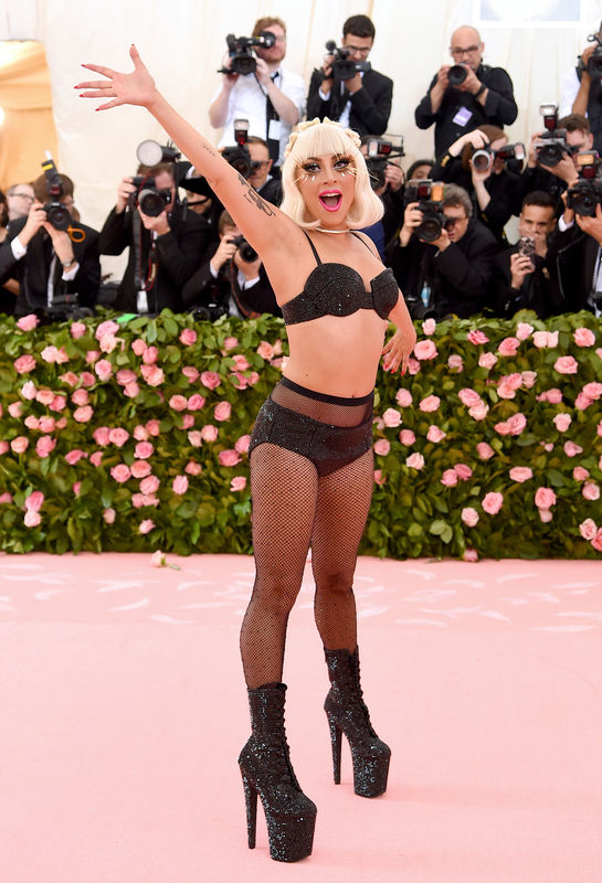 Lady Gaga Arrasa Na Chegada Ao MET Gala 2019 e Acaba Em Lingerie 11